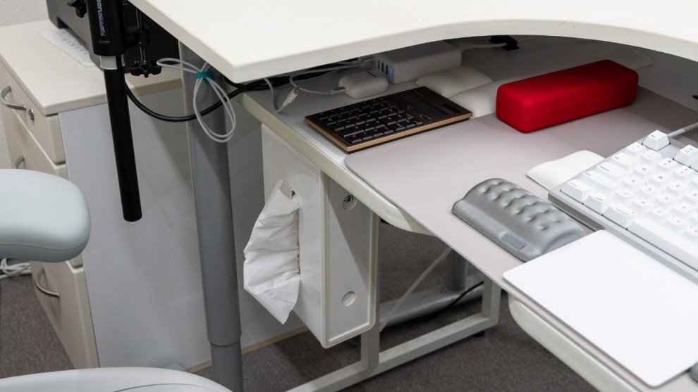 ティッシュケースは机の下に